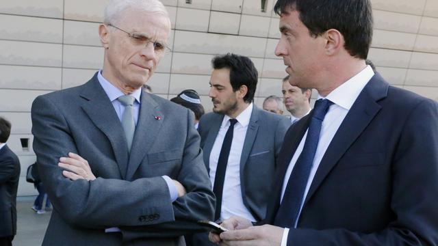 Le préfet de police de Paris, Bernard Boucault, au côté de Manuel Valls, le 2 juin 2013 à Paris [Jacques Brinon / Pool/AFP/Archives]