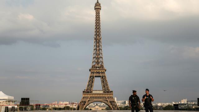 Des policiers sur le parvis des Droits de l'Homme, devant la Tour Eiffel, le 14 juillet 2018 à Paris [Zakaria ABDELKAFI / AFP]