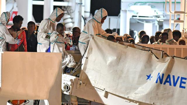 Des migrants débarquent dans le port de Pozzallo, le 19 juin 2018 en Sicile [Giovanni ISOLINO / AFP/Archives]
