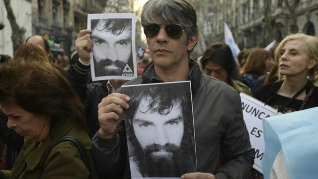 L'acteur argentin Pablo Echarry manifeste avec un portrait de Santiago Maldonado porté disparu le 1er août 2017, à Buenos Aires le 1er septembre 2017 [JUAN MABROMATA / AFP]