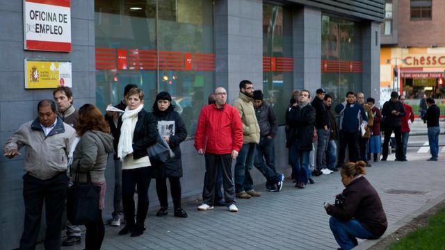Des demandeurs d'emploi patientent devant une agence pour l'emploi à Madrid le 2 décembre 2014 [SEBASTIEN BERDA / AFP/Archives]
