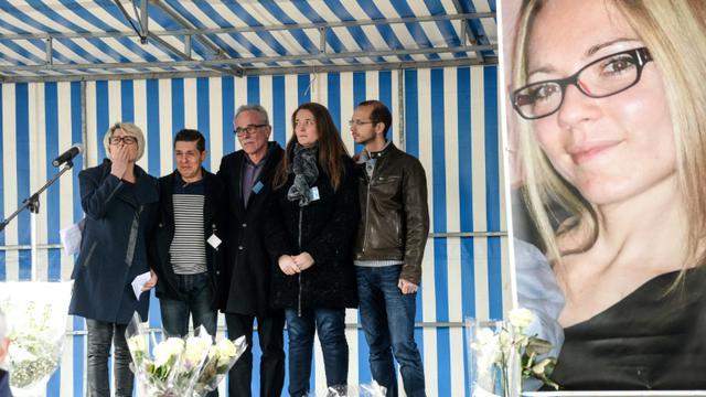 Les parents d'Alexia Daval, Isabelle (g) et Jean-Pierre Fouillot (3e g), son mari Jonathan Daval (2e g), sa soeur Stéphanie (2e d) et son mari Grégory (d), près d'un poster de la jeune femme, lors d'un rassemblement à Gray, le 5 novembre 2017 [SEBASTIEN BOZON / AFP]