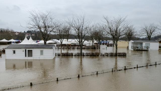 Inondations dans une rue de la commune de Marnay (Haute-Saône), le 7 janvier 2018 après la crue de l'Ognon suite aux intempéries [SEBASTIEN BOZON / AFP]