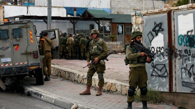 Des soldats israéliens à Hizma au nord de Jérusalem, le 3 décembre 2015 [AHMAD GHARABLI / AFP/Archives]