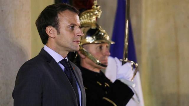 Emmanuel Macron, debout sur le perron de l'Elysée, le 20 novembre 2017 [LUDOVIC MARIN / AFP/Archives]