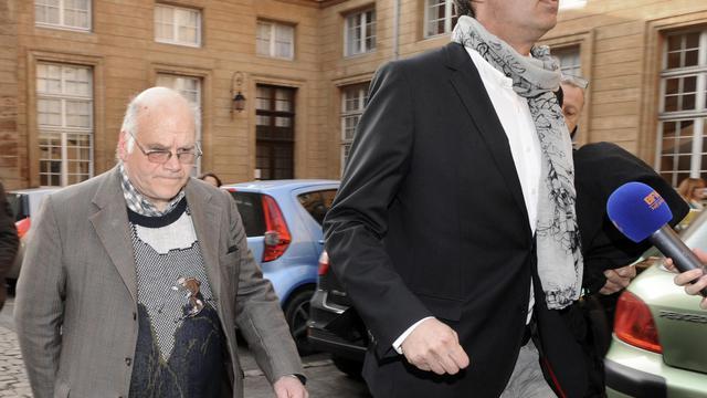 Henri Leclaire (g) et son avocat Thomas Hellenbrand (d) arrivent le 1er avril 2014 au tribunal de Metz pour assister au procès de Françis Heaulme dans l'affaire du double meurtre de Montigny [Jean-Christophe Verhaegen / AFP/Archives]