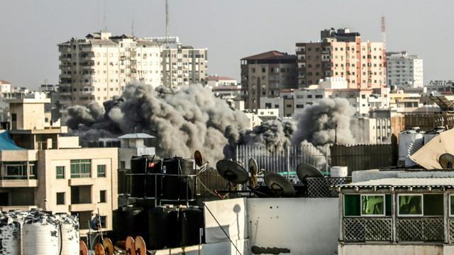 Un nuage de fumée après une frappe aérienne israélienne sur Gaza, le 14 juillet 2018 [MAHMUD HAMS / AFP]
