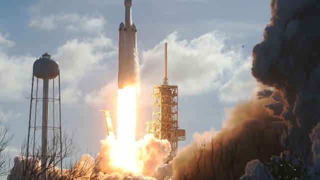 La fusée Falcon Heavy de SpaceX lors de son vol inaugural à Cap Canaveral. C'est la plus grosse fusée en exploitation actuellement [JOE RAEDLE / GETTY IMAGES NORTH AMERICA/AFP/Archives]
