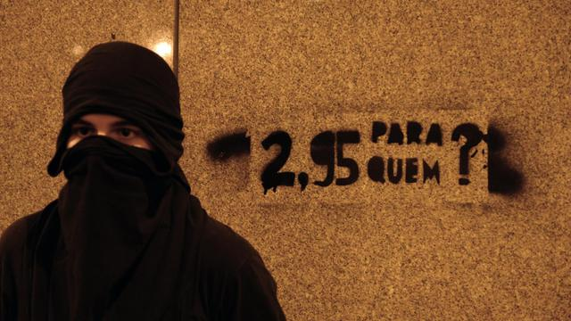 Un Brésilien manifeste contre la hausse des prix des transports en commun, le 13 juin 2013 à Rio de Janeiro [Tasso Marcelo / AFP]