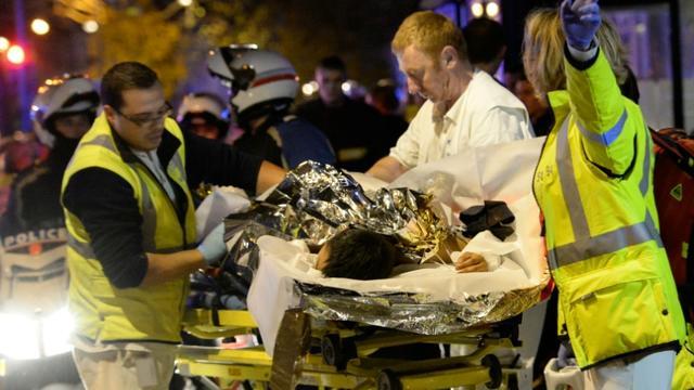 Evacuation d'une personne blessée lors de l'attaque terroriste au Bataclan, le 13 novembre 2015 à Paris [MIGUEL MEDINA / AFP/Archives]