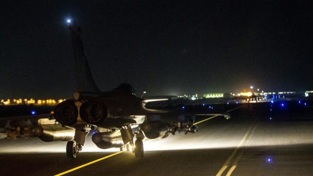 Photo fournie le 15 novembre 2015 par le ministère de la Défense montrant un Rafale au décollage d'un aéroport aux Etats arabes unis à destination de Raqa, fief du groupe Etat islamique (EI) [- / ECPAD/AFP]