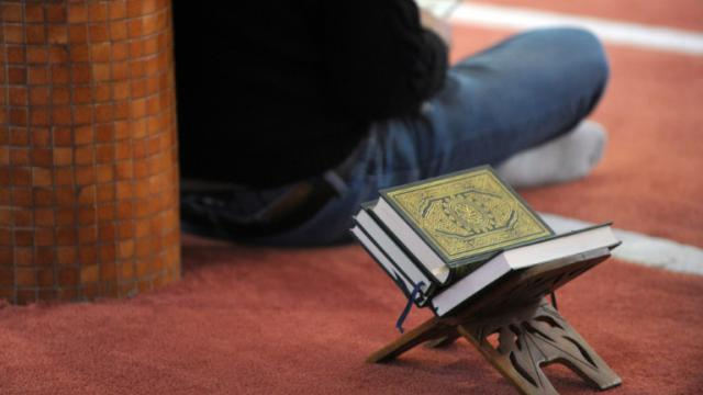 Un fidèle en prière à la mosquée Sunna le 20 novembre 2015 à Brest [Fred TANNEAU / AFP/Archives]
