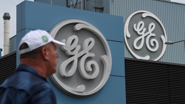 Un employé de General Electrics devant le siège de la compagnie à Belfort, le 3 juin 2019 [PATRICK HERTZOG / AFP/Archives]