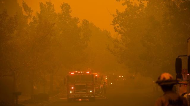 Les pompiers combattent le Kincade Fire à Windsor, au nord de la Californie, le 27 octobre 2019 [Philip Pacheco / AFP]