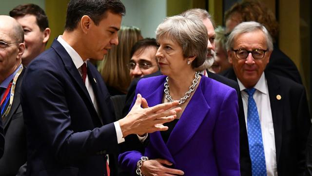 Le président du gouvernement espagnol Pedro Sanchez et la Première ministre britannique Theresa May lors d'un Conseil européen à Bruxelles le 18 octobre 2018 [BEN STANSALL / AFP/Archives]