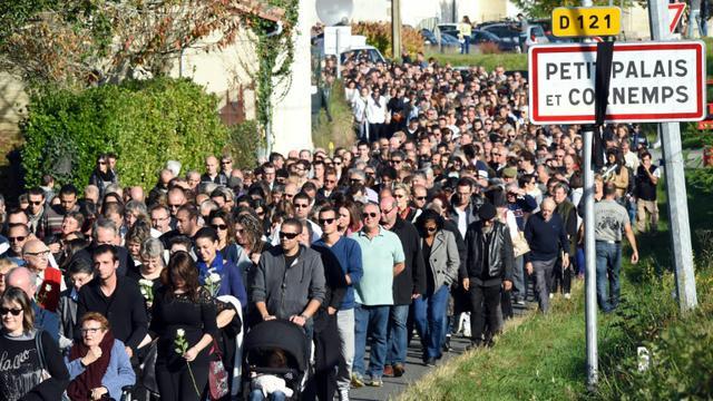Marche silencieuse en hommage aux victimes de la collision de Puisseguin le 25 octobre 2015 à Petit-Palais et Cornemps [MEHDI FEDOUACH / AFP]