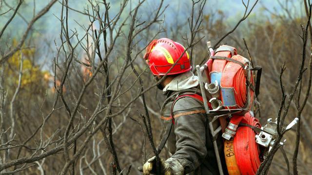 Un pompier le 1er septembre 2003 dans le massif des Maures [Patrick Valasseris / AFP/Archives]