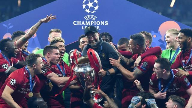 La joie de l'entraîneur de Liverpool Jurgen Klopp (c) et de ses joueurs après avoir remporté la Ligue des champions aux dépens de Tottenham, le 1er juin 2019 à Madrid [Paul ELLIS / AFP]
