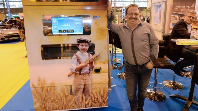 Jean-Louis Hecht pose à côté de son distributeur de baguettes.