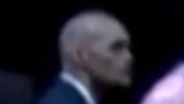 Barack Obama protégé par un garde du corps extraterrestre ?