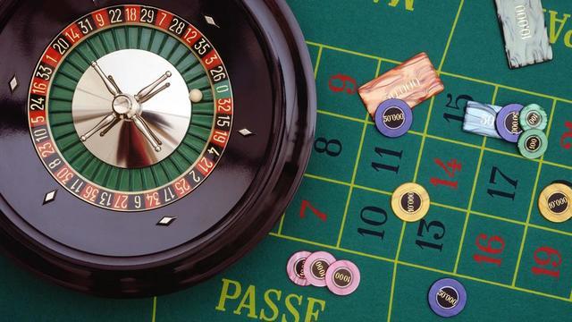Le terme, à l'origine arabe, signifiait «dé» ou, par extension, «jeu de dés».