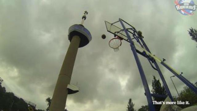 Vidéo : il marque un panier de 98 m de hauteur
