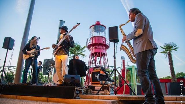 Sly Johnson, à l'univers soul et jazz, chantera régulièrement sur la terrasse.