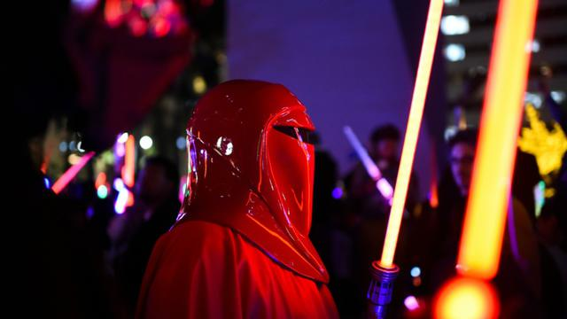 Un fan de Star Wars déguisé en garde impérial, le 18 décembre 2015 à Los Angeles [ROBYN BECK / AFP/Archives]