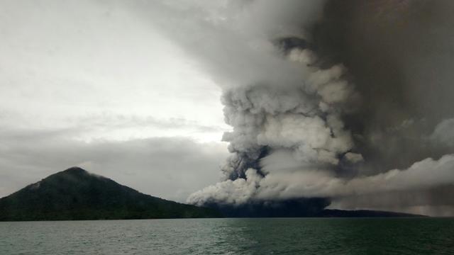 Le volcan Anak Krakatoa en éruption dans le détroit de la Sonde le 26 décembre 2018 [STR / AFP]