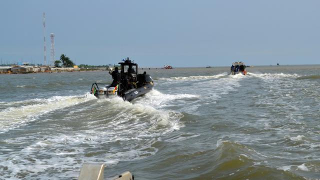 """Un navire de l'armée camerounaise, transportant """"des dizaines"""" de militaires de la Brigade d'intervention rapide (BIR) a chaviré dimanche dans les eaux territoriales camerounaises, a appris l'AFP de source sécuritaire [HO / CAMEROONIAN ARMY/AFP/Archives]"""