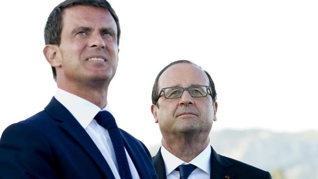 Le Premier ministre Manuel Valls et le président François Hollande, le 15 août 2014 lors du passage de la patrouille de France à Toulon [Alain Jocard / AFP]