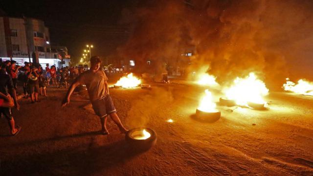 Des protestataires brûlent des pneus lors d'une manifestation à Bassora dans le sud de l'Irak, contre le chômage,le 12 juillet 2018  [Haidar MOHAMMED ALI / AFP]
