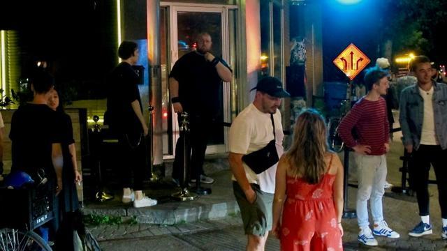 Des clients de la discothèque Datcha à Montréal, le 28 juin 2019 au Québec [Louis BAUDOIN / AFP Photo]