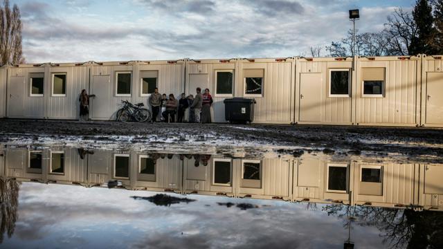 Des familles de Roms, le 23 décembre 2015 à Saint-Genis-les-Ollières, près de Lyon [JEFF PACHOUD / AFP]