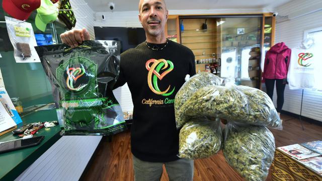 Virgil Grant dans sa boutique de vente de cannabis et de produits dérivés à Los Angeles, le 8 février 2018 [Frederic J. BROWN / AFP]