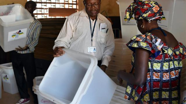 Préparatifs dans les bureaux de vote le 29 décembre 2015 à Bangui [ISSOUF SANOGO / AFP]