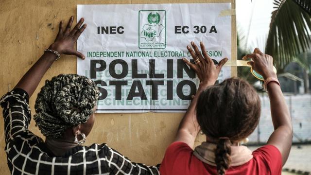 Les employés chargés du  bon déroulement du scrutin présidentiel nigérian préparent un bureau de vote à Port Harcourt, le 23 février 2019 [Yasuyoshi CHIBA / AFP]