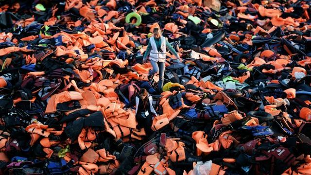 Des gilets de sauvetage laissés à Lesbos par des migrants et réfugiés en provenance de Turquie le 3 décembre 2015 [ARIS MESSINIS / AFP/Archives]