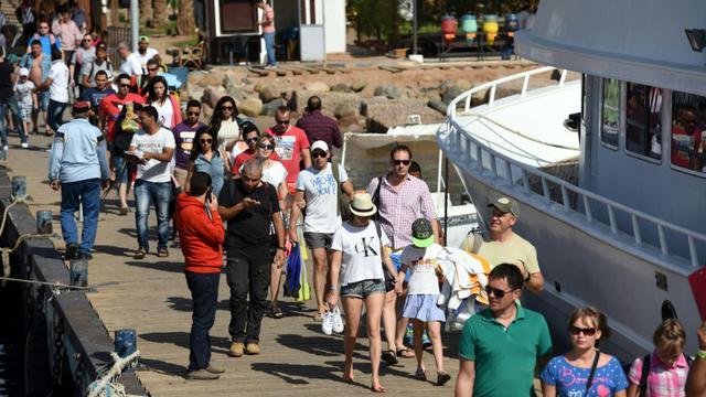 Des touristes se préparent à embarquer sur un bateau à Charm el-Cheikh le 7 novembre 2014 [MOHAMED EL-SHAHED / AFP]