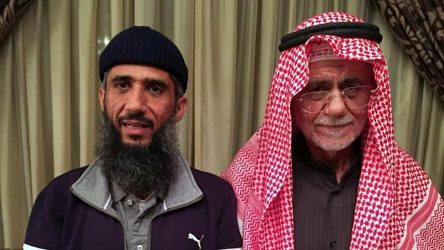 Faez Mohammed Ahmed al-Kandari (g) avec son père, à l'hôpital militaire de Koweit, le 9 janvier 2016, après sa libération de  Guantanamo [STR / AFP]