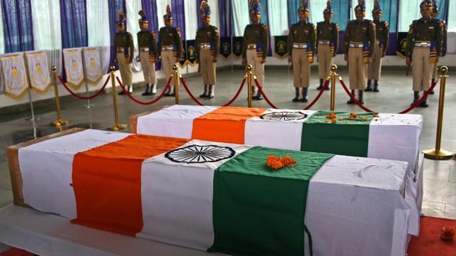 Des membres des forces paramilitaires indiennes rendent hommage le 2 mars 2019 à Srinagar à deux des leurs tués lors d'affrontements au Cachemire [Tauseef MUSTAFA / AFP]