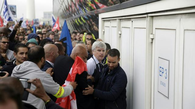 Pierre Plissonnier, l'un des deux dirigeants d'Air France, molesté en marge d'un comité central d'entreprise le 5 octobre 2015 à Roissy-en-France [Kenzo Tribouillard / AFP/Archives]
