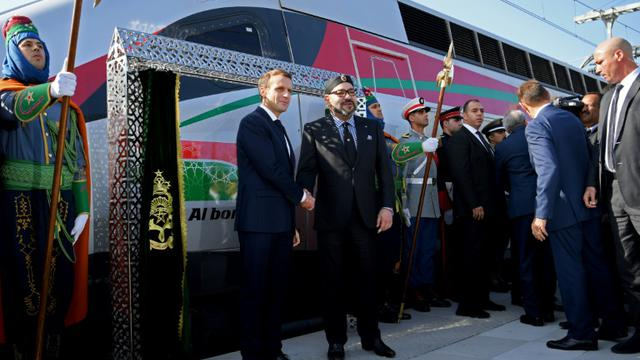 Le président français Emmanuel Macron (G) et le roi du Maroc Mohammed VI (D) inaugurent le premier train à grande vitesse du royaume, le 15 novembre 2018 à Rabat [CHRISTOPHE ARCHAMBAULT  / POOL/AFP]