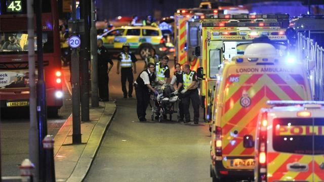Policiers et secouristes au chevet d'une personne blessée après un attentat à Londres, le 3 juin 2017 [DANIEL SORABJI                       / AFP]