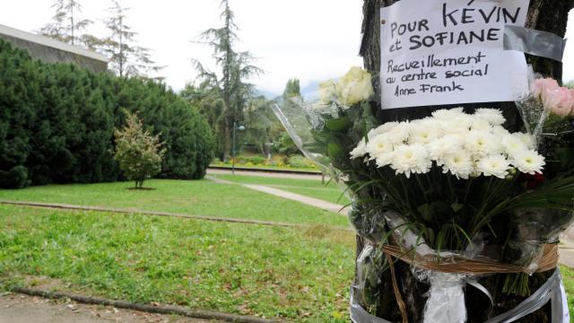Des fleurs en hommage à Kevin et Sofiane le 28 septembre 2012 dans le parc Maurice Thorez d'Échirolles [Jean-Pierre Clatot / AFP/Archives]