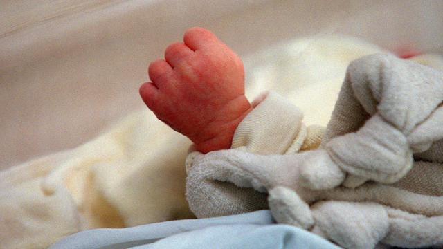Une jeune bébé à la maternité.