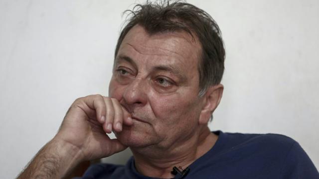 Le militant d'extrême gauche italien Cesare Battisti lors d'un entretien avec l'AFP à Cananeia (Brésil) le 20 octobre 2017 [Miguel SCHINCARIOL / AFP/Archives]