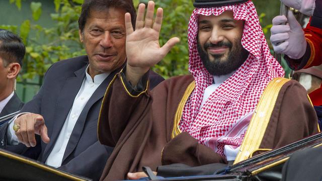 Une image fournie par le palais royal saoudien, le 18 février 2019, montre le Premier ministre pakistanais Imran Khan et le prince héritier saoudien Mohammed Ben Salman dans une calèche, lors d'une cérémonie de bienvenue à Islamabad.