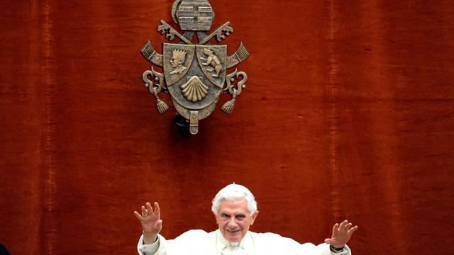 Benoît XVI donne sa bénédiction, le 10 août 2012.