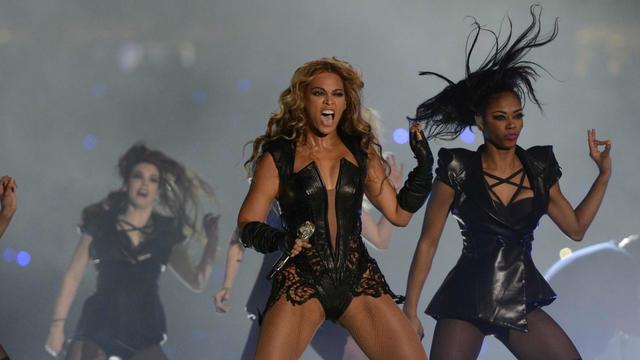 Beyoncé chante à la mi-etmps du Super Bowl entre Baltimore et San Francisco, le 3 février 2013 à La Nouvelle-Orléans